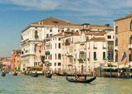Paläste und Gondeln am Canale Grande in Venedig