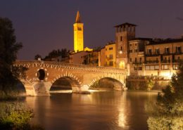 Verona Ponte Pietra bei Nacht